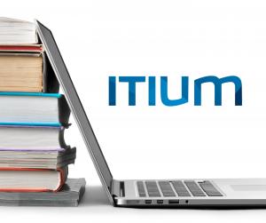 afbeelding opengeklapte laptop met stapel boeken